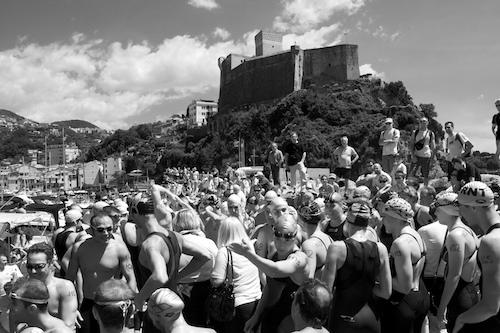 Gli atleti sul molo di Lerici, in attesa della partenza.